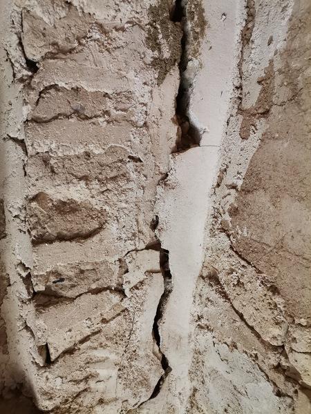 ¿Quién se hace cargo de los daños de la fachada por cable tensor para sujetar un poste de luz?