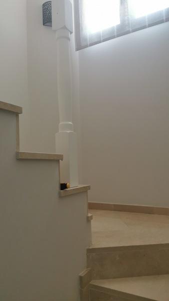 ¿Cómo está fijada esta columna al suelo, para poder desmontarla sin dañarla?