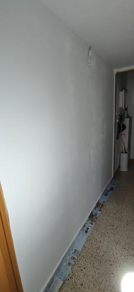 ¿Por qué me han quedado sombras al pintar la pared del pasillo?