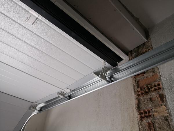 ¿Esta es una mala instalación de mi puerta seccional?