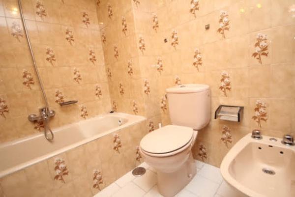 ¿Pintar azulejos en el baño es una buena forma de renovar un baño?