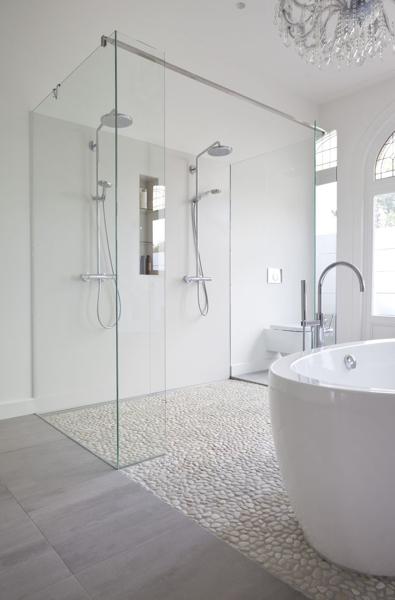 ¿Las duchas de microcemento también deben impermeabilizarse antes del recubrimiento?