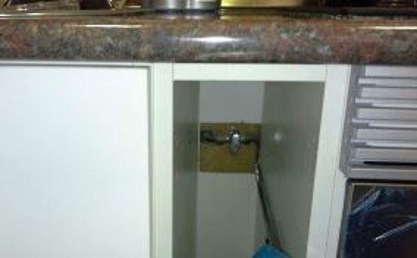 ¿La llave de corte de gas en la placa de gas tiene que estar visible?