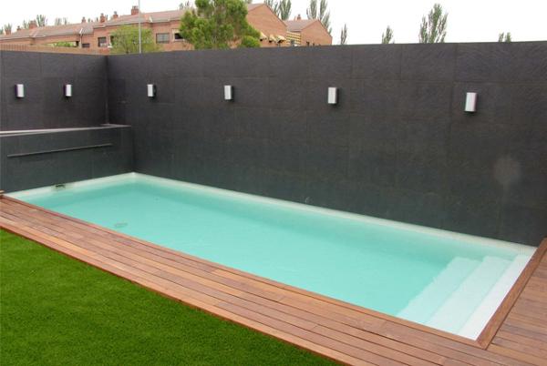 ¿Qué longitud y profundidad tiene esta piscina?