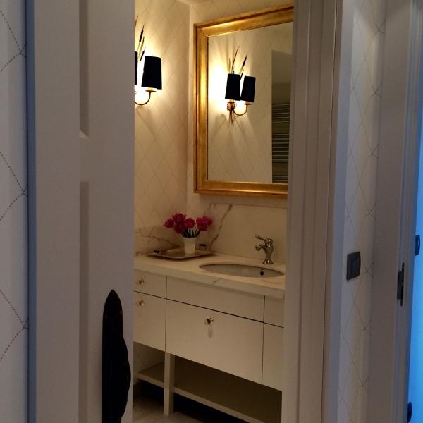 ¿Qué papel pintado se ha utilizado en el baño?