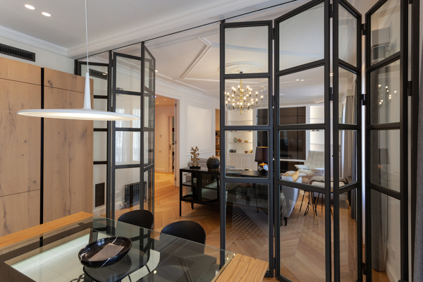 ¿Esta pared plegable en cristal es aluminio o madera?