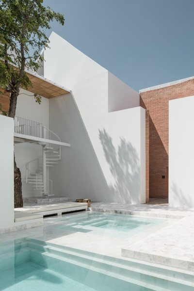 Una piscina de agua dulce se puede convertir en una de for Se puede fumar en piscinas