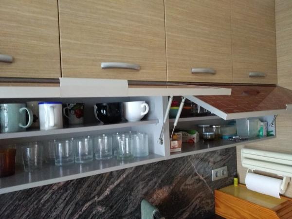 ¿Podría poner unas puertas correderas de cristal en este mueble de cocina?