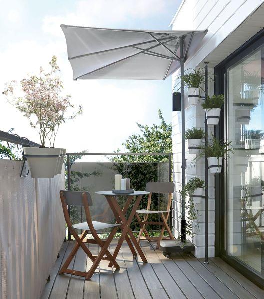 ¿Dónde puedo encontrar quitasol con un lado plano para balcón?
