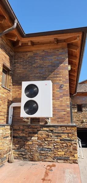 ¿Puedo sacar la unidad exterior de aire acondicionado a la fachada?