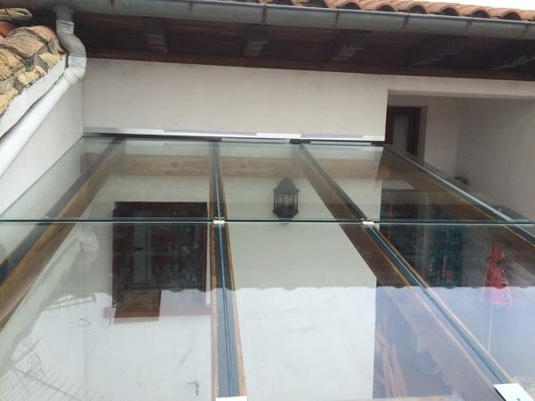 ¿Se puede cubrir, con un solo vidrio una superficie cuadrada de 2,50 m.?