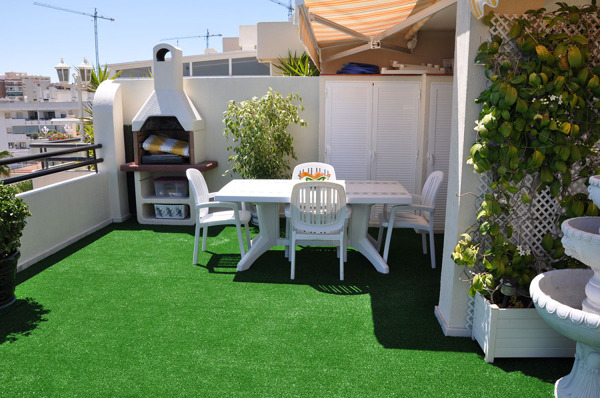 Se puede poner c sped artificial en una terraza for Poner suelo terraza exterior