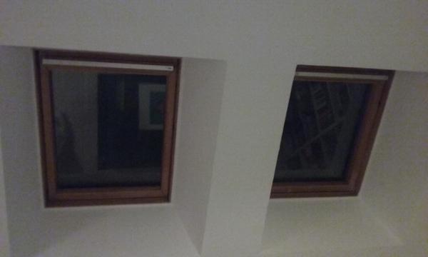 que podra poner en la ventana de la buhardilla para que no entre el sol