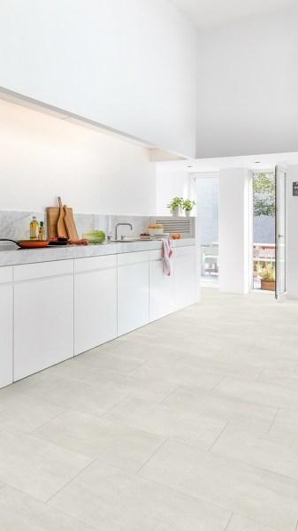 Los muebles de esta cocina llegan hasta el suelo o tienen zócalo ...