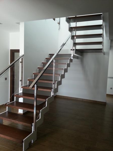 Qu empresa le ha fabricado la escalera que aparece en la for Escaleras tres tramos