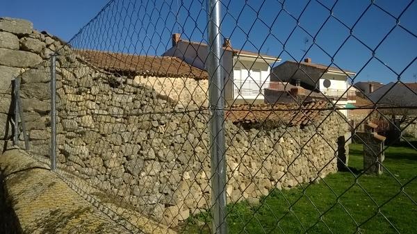 ¿Qué costaría levantar un muro de piedra de 16x2 ml, incluida cimentación?