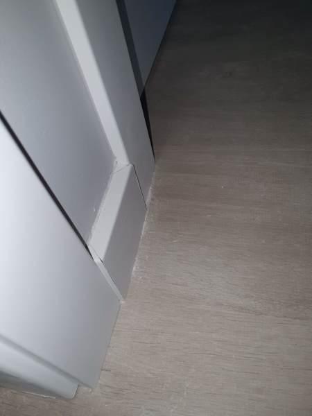 ¿Es normal que el  rodapie esté por fuera del marco de la puerta?