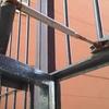 ¿cómo arreglo la puerta (reja) de entrada a la comunidad que provoca ruido de impacto y vibración a casa contigua?