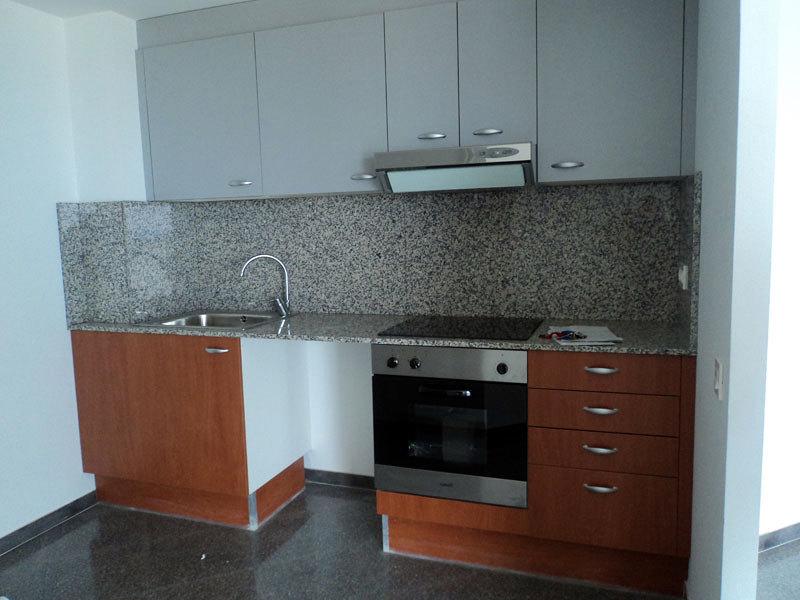 Lacar puertas y z calos cocina tei barcelona for Zocalos de aluminio para muebles de cocina