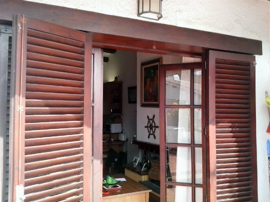 Instalar puerta de aluminio y porticones color madera - Puertas de aluminio color madera ...