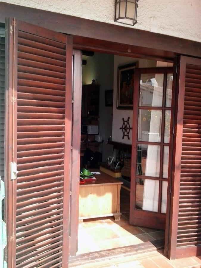 Instalar puerta de aluminio y porticones color madera for Presupuesto puerta aluminio