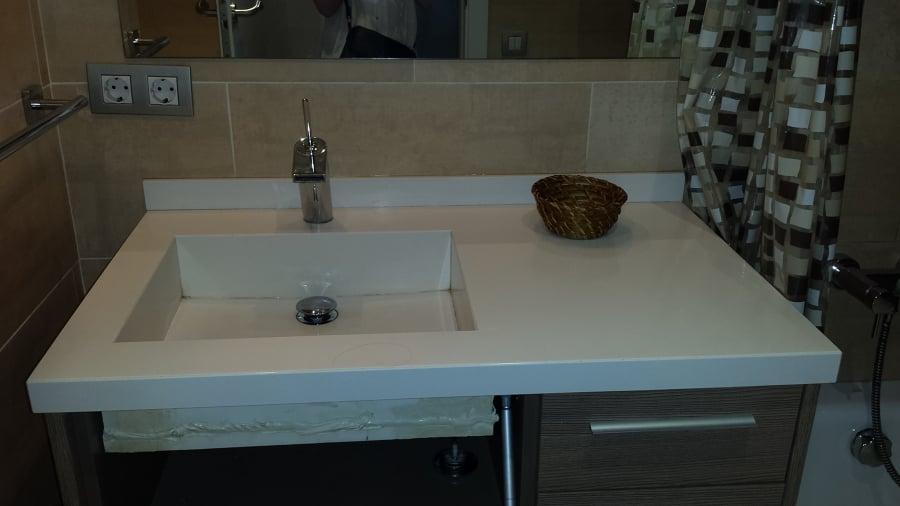 Lavamanos de silestone sobre mueble y pulido suelo terrazo for Silestone o granito precios