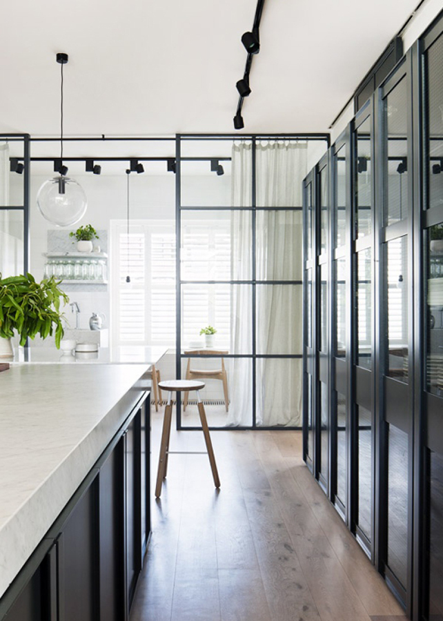 Creacion de puerta de madera cristal vista separadora de - Puertas cocina cristal ...