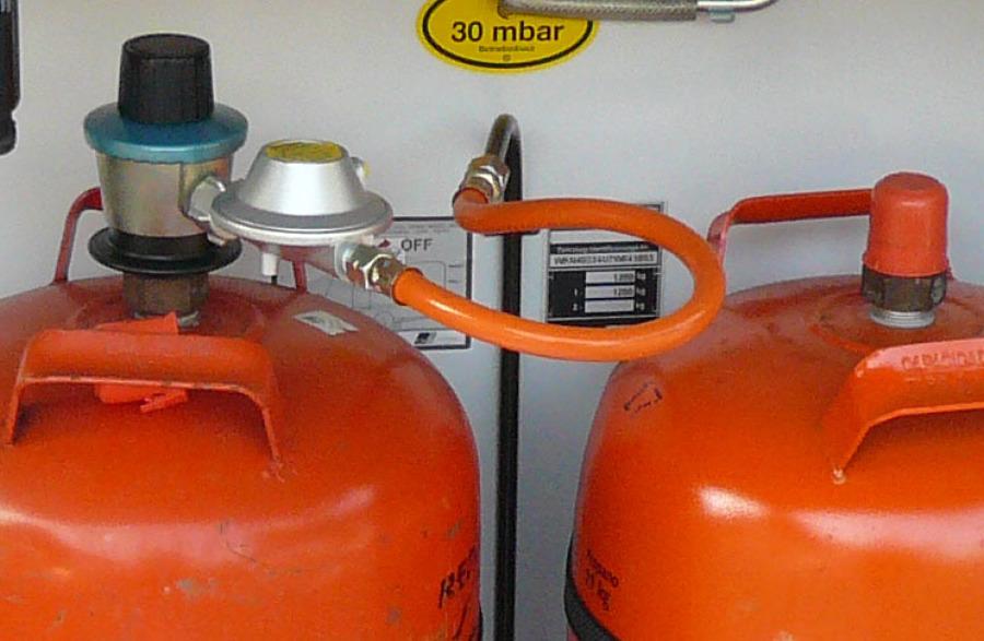 Instalaci n de gas de cocina a bombona en armario juan for Cocinas de gas ciudad