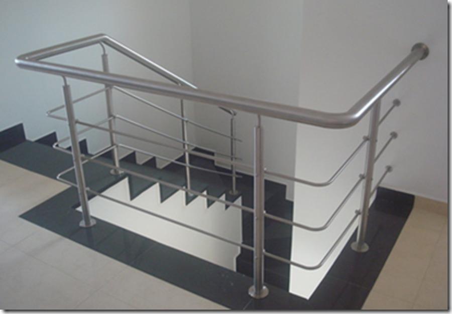 Poner escalera de acero inoxidable en vivienda unifamiliar for Escaleras de viviendas