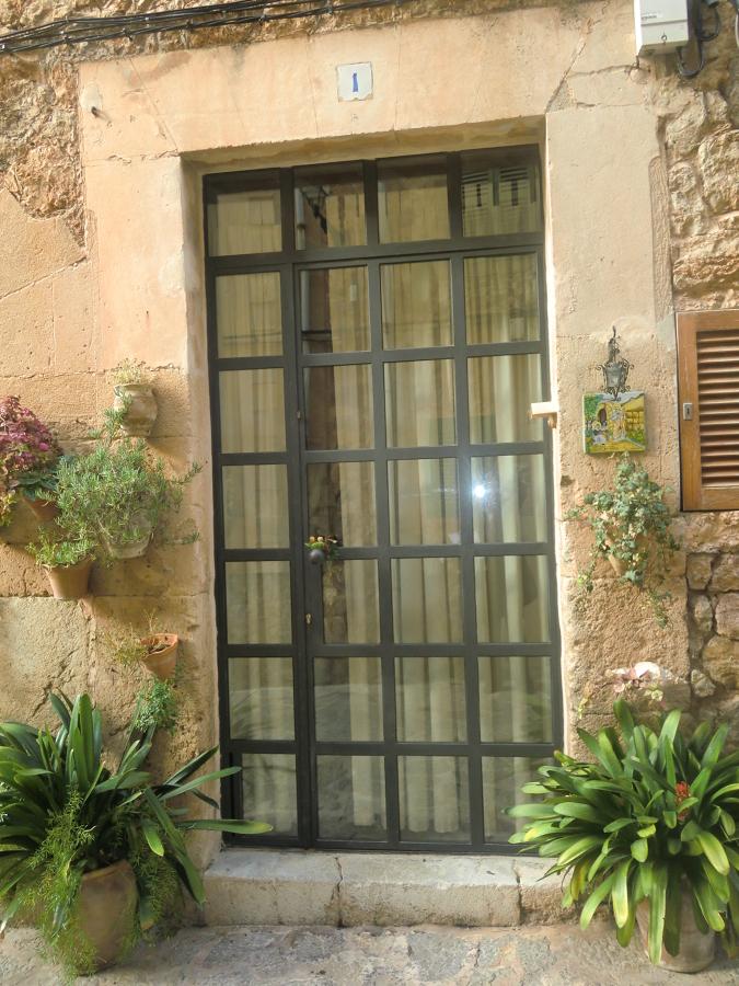 Puerta de entrada de hierro fundido y cristal con for Ancho puerta entrada casa