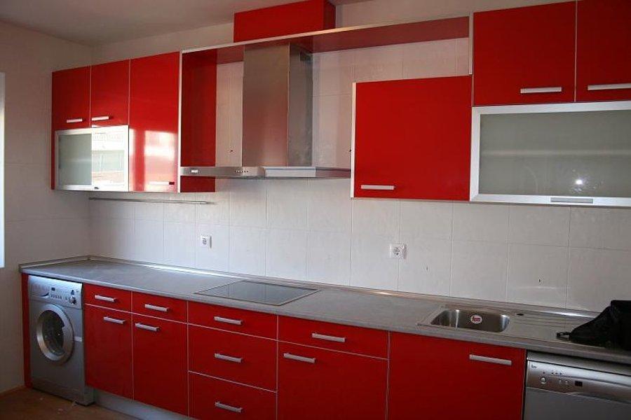 Precio de Muebles en color rojo cereza y meseta en silestone blanco
