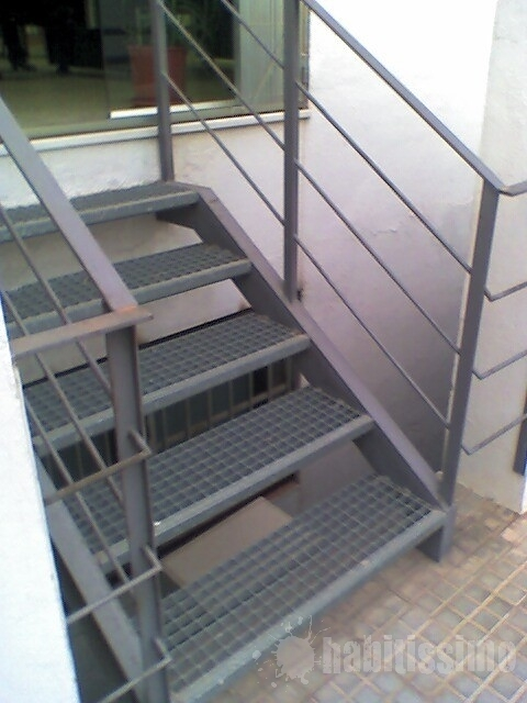 Hacer escalera exterior metalica porqueres girona for Escaleras de exterior metalicas