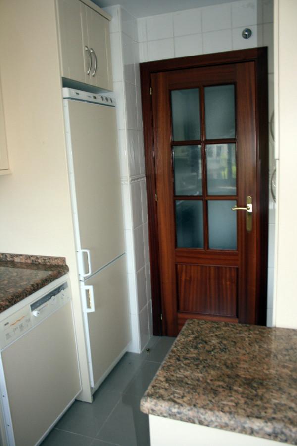 Puerta corredera no oculta en cocina sevilla sevilla for Puertas correderas sevilla