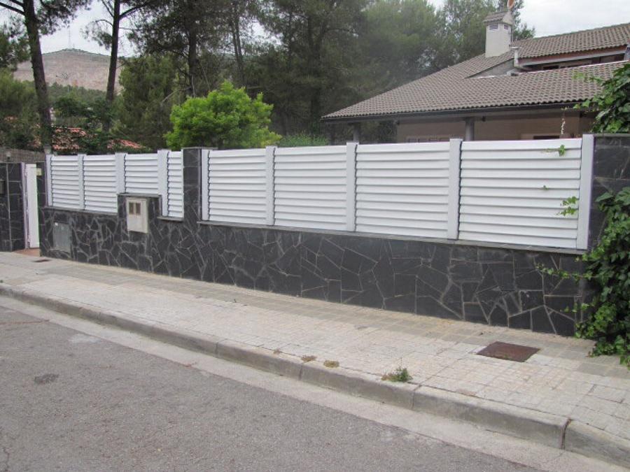 Valla jard n sobre muro cerdanyola del vall s barcelona - Muros de jardin ...