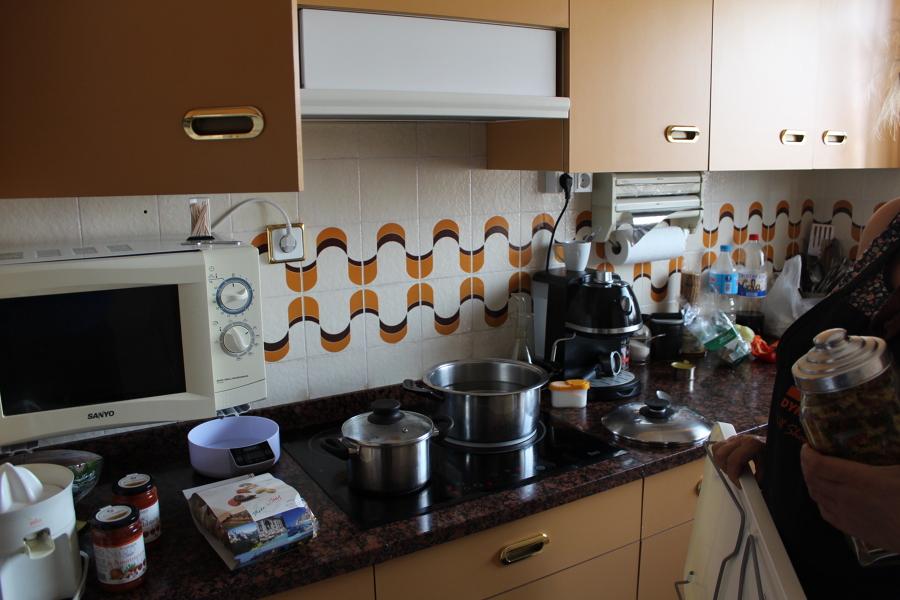 Preparar los azulejos de la cocina y dejarla lisa para - Cubrir azulejos cocina ...