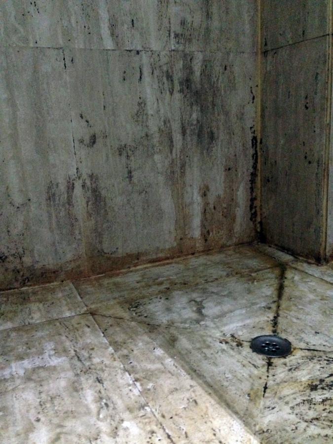 Tratar con cemento pulido las paredes y el suelo de dos for Pared cemento pulido