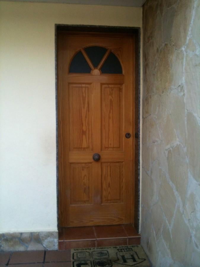 Cambio puerta de madera por puerta de aluminio blindada for Puertas madera barcelona