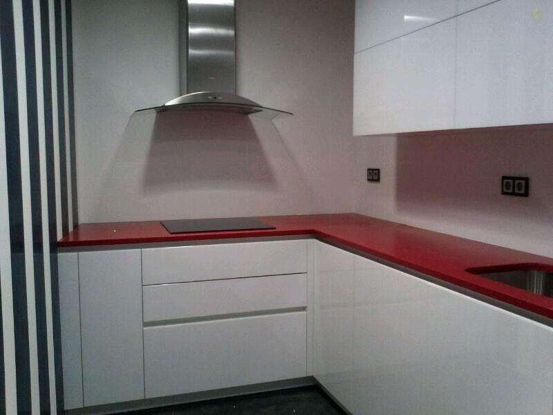 Cristales rojos para puertas y transparente para encimera - Cristales para puertas de cocina ...