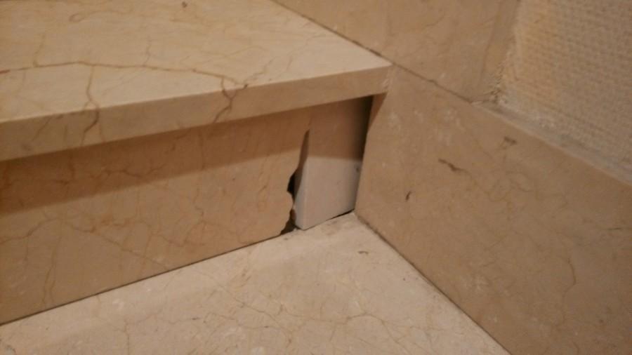 Reparar un escal n de m rmol de la escalera del edificio for Marmol para escaleras precio
