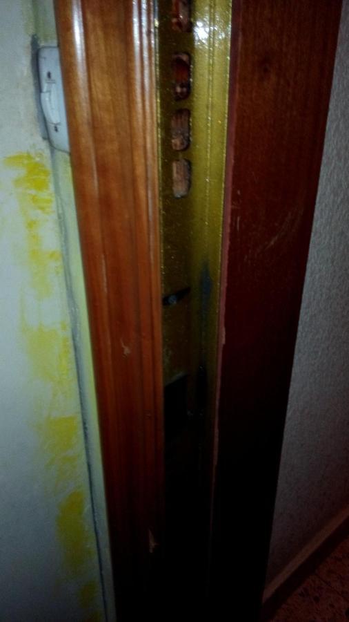 Reparar puerta blindada que roza con el marco al cerrar y for Reparar puerta madera
