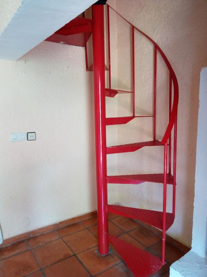 Armario a medida debajo de escalera de caracol carrera for Armario debajo escalera