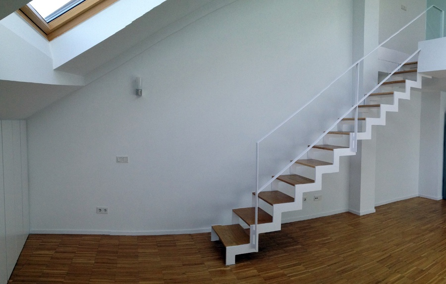 Estanter a a medida para hueco entre escalera y pared en for Aprovechar hueco escalera duplex