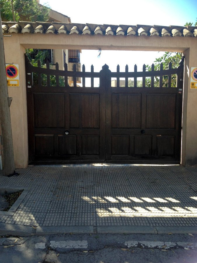 Puerta exterior garaje en aluminio mutxamel alicante for Puertas de madera para garage