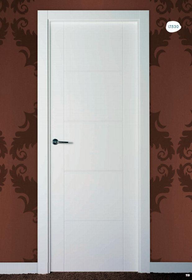 Puertas madera lacadas en blanco ronda m laga for Puertas prefabricadas precios