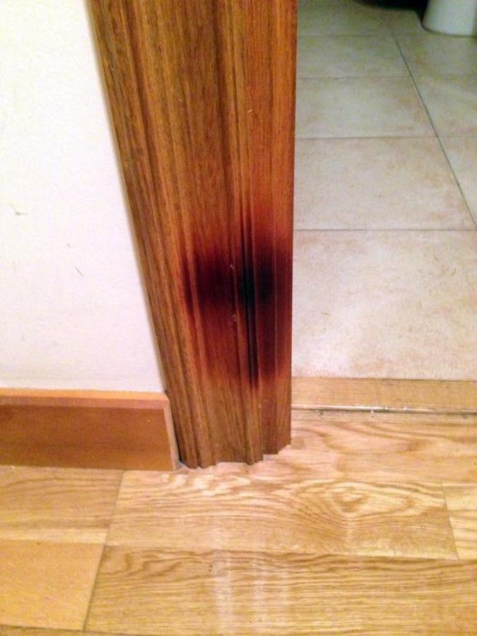 Lijado y barnizado de marco de puerta de madera quemada for Presupuesto puertas de madera