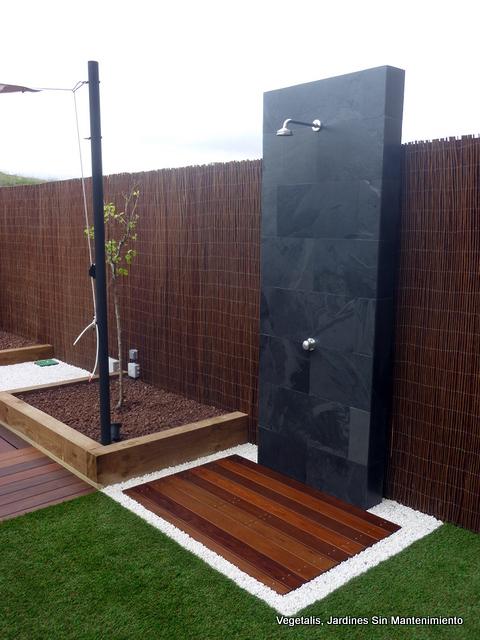 Ducha de obra para piscina alicatada en pizarra - Ducha para jardin ...