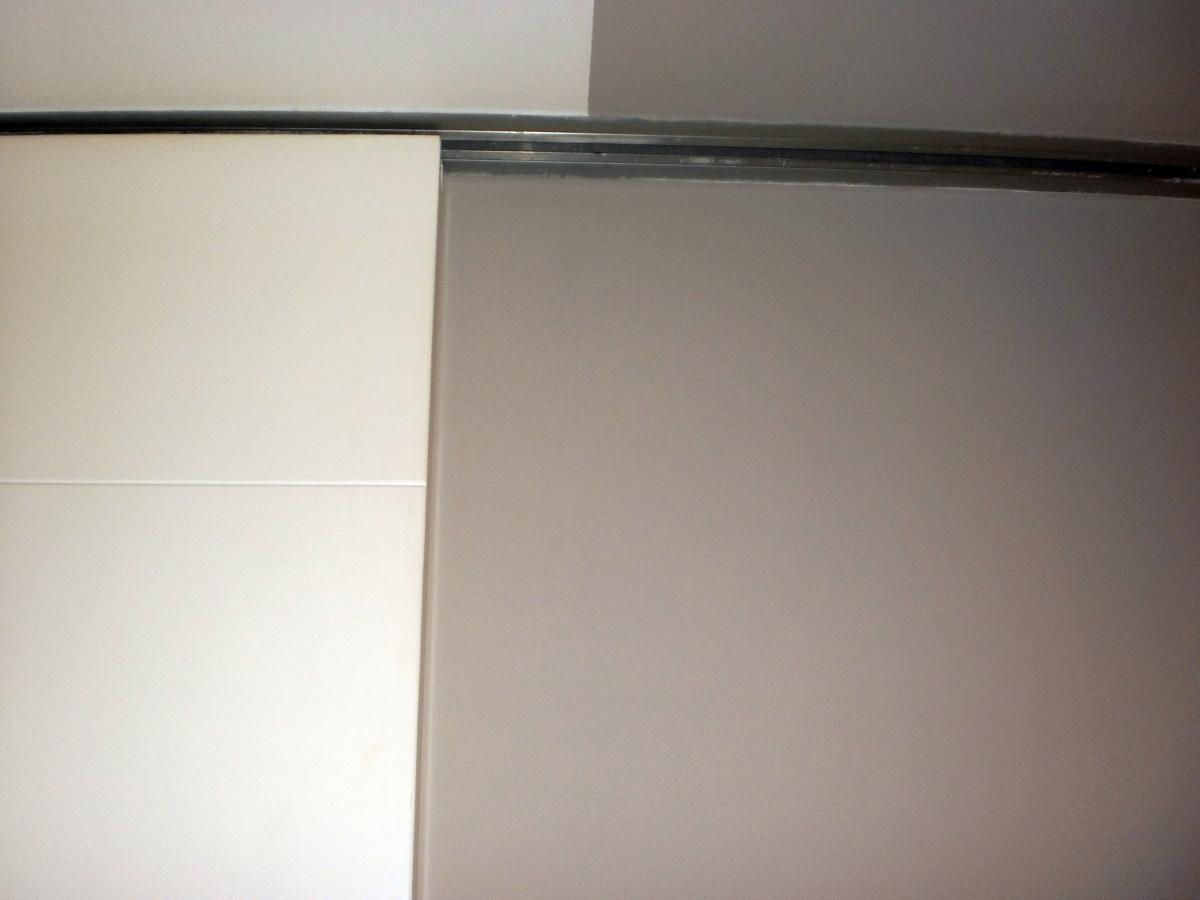 Puertas correderas con sistema de carril en techo madrid - Sistema puerta corredera ...