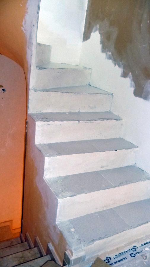 Revestir escalera con madera maciza parla madrid - Precio escaleras de madera ...