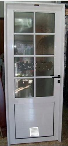 Puerta aluminio acristalada con rejilla inferior salida for Puertas para patios modelos