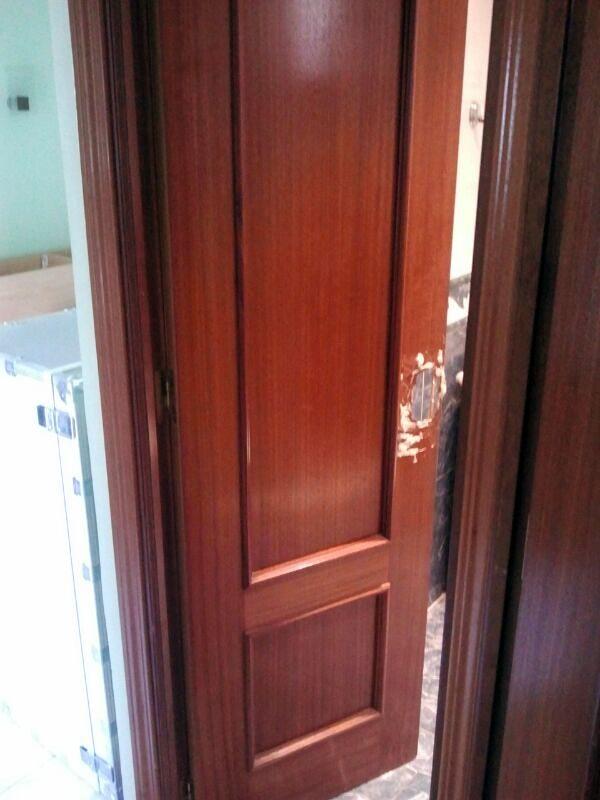 Puerta de interior sapeli con molduras y cerradura for Cerradura para puerta de bano